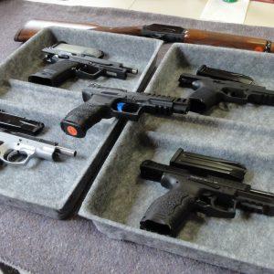 Waffen auf dem Tisch