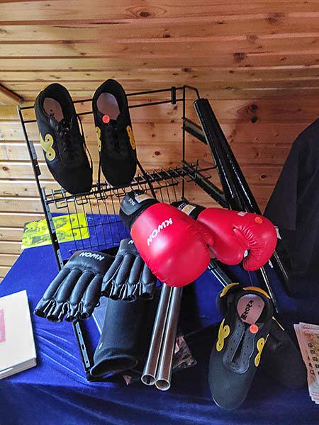 verschiedene Schuhe und Handschuhe für Kampfsport